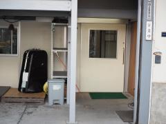 入り口手前は楽器がいっぱい!奥のドアを開けると工房です